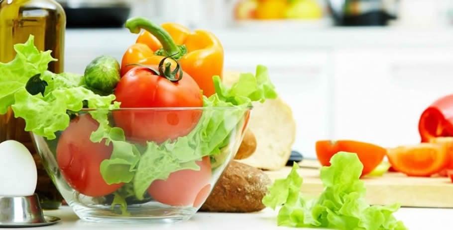 Tigela de salada com tomates, alface e pimentão:  a alimentação balanceada no tratamento da osteoartrite é recomendável e importante
