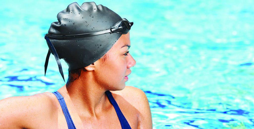Mulher na piscina praticando natação:  existem comportamentos que pioram a TPM, como não praticar atividade física.