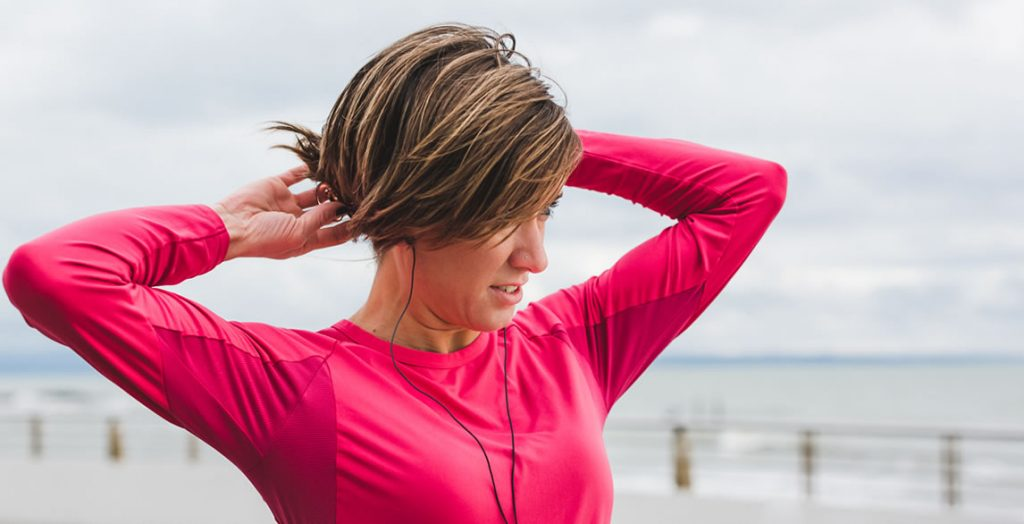 Mulher se preparando para praticar atividade física: alguns contraceptivos orais conseguem evitar inchaço que ocorre durante o ciclo menstrual.