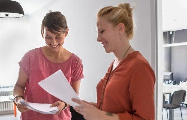 Duas mulheres conversam em um escritório. Após o diagnóstico da epilepsia é importante comunicar também no trabalho