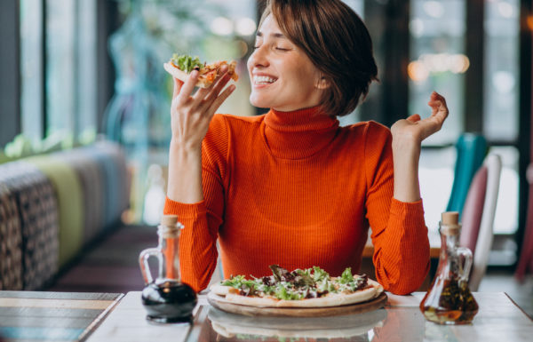 Mulher comendo refeição saudável