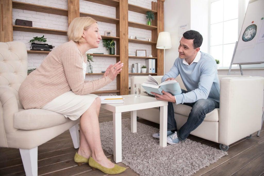 Mulher na menopausa conversa com terapeuta, pois a menopausa pode ser um período de estresse psicológico