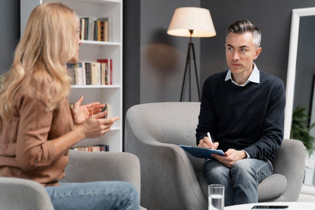 Mulher em consulta com terapeuta busca aprender a controlar o estresse da síndrome do intestino irritável