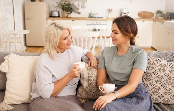 Mulher na menopausa sentada em cadeira sozinha