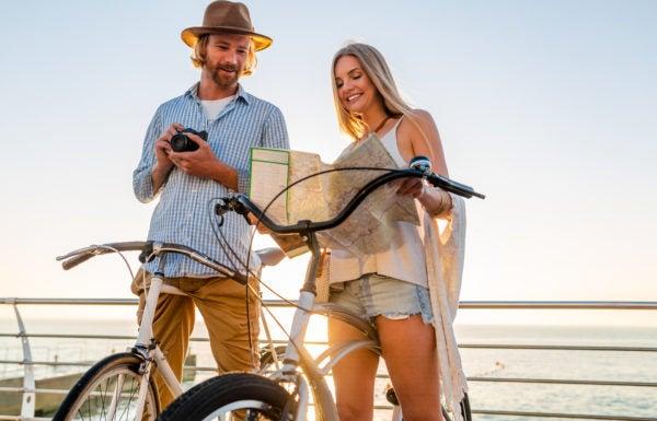 Casal consultando mapa antes de um passeio de bicicleta