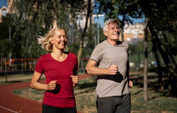 Casal maduro pratica exercícios ao ar livre