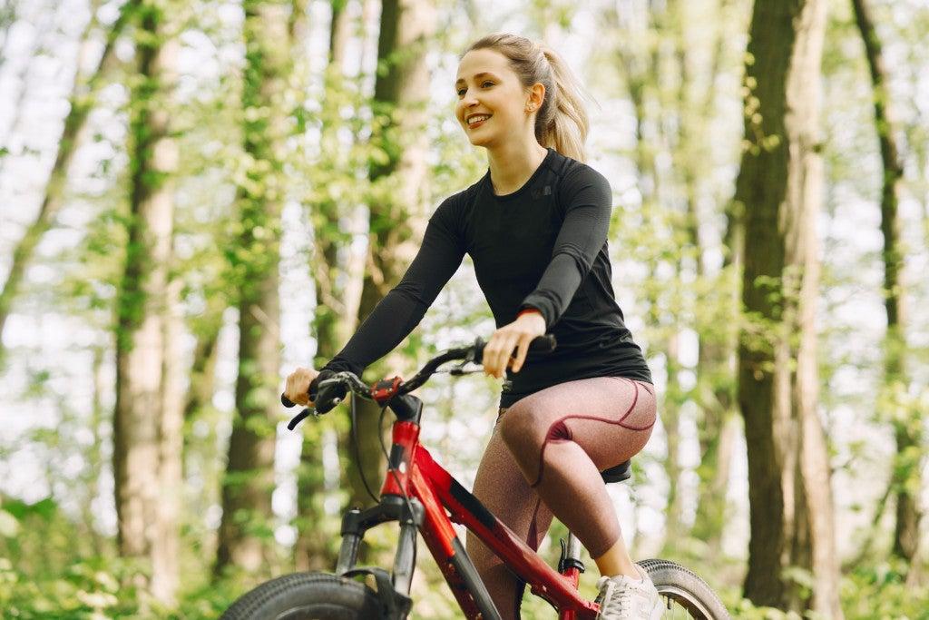 Mulher andando de bicicleta ao ar livre